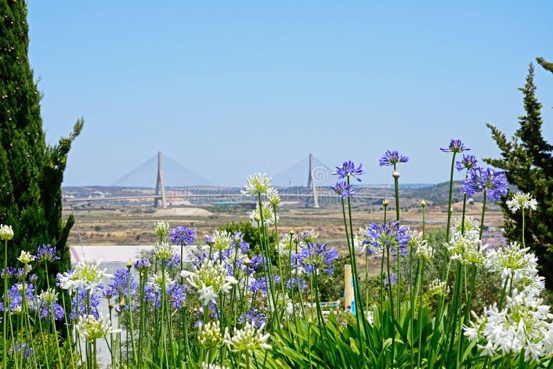 Flores y puente bonitos, Castro Marim fotografía de archivo