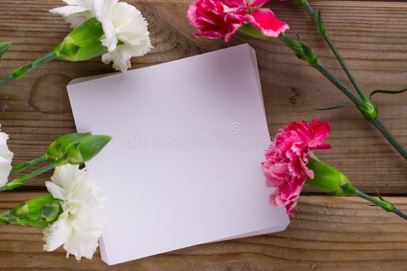 Flores y trozo de papel foto de archivo
