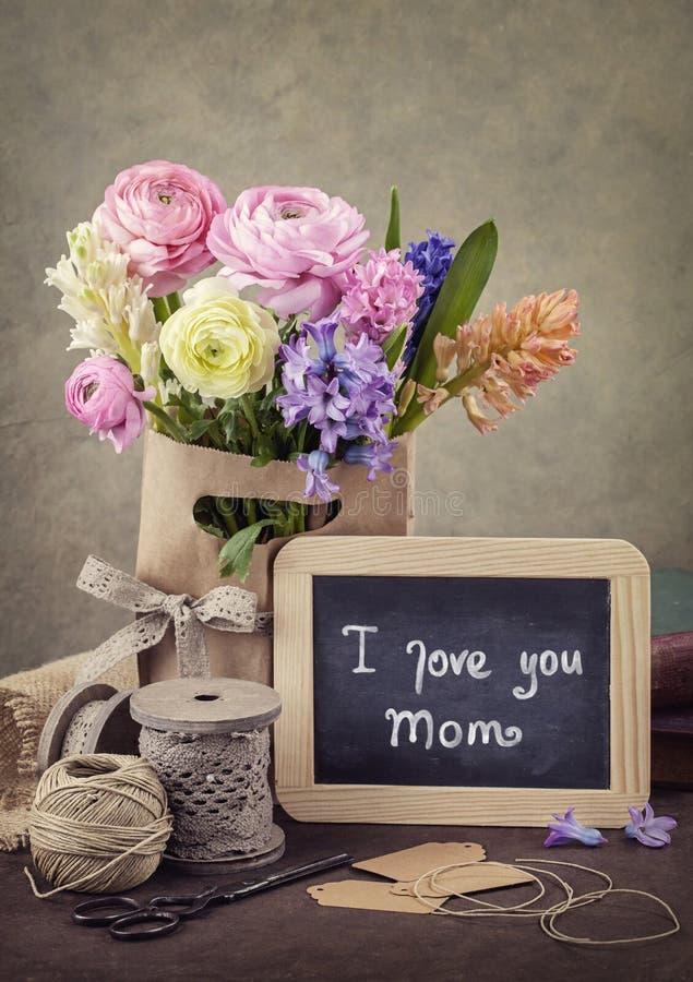 Flores y un tablero de tiza fotos de archivo libres de regalías