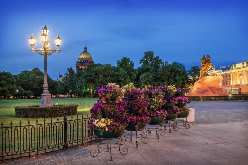 Flores y una linterna en el cuadrado del senado de St Petersburg foto de archivo