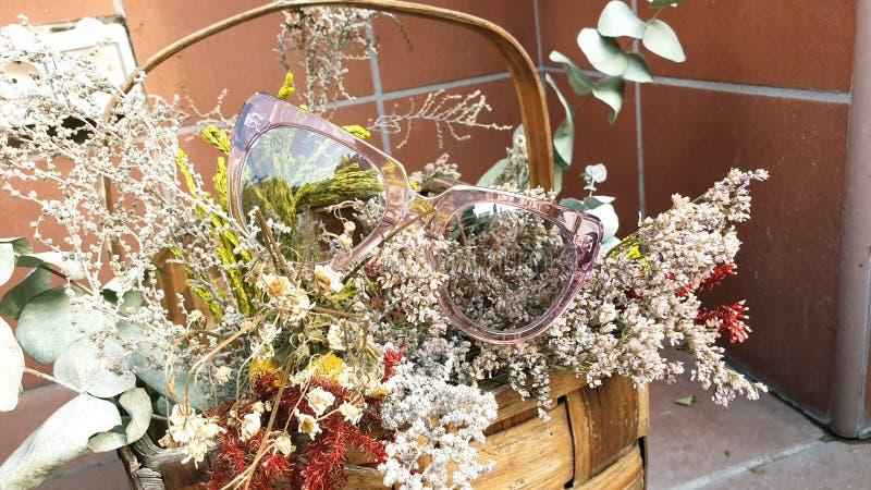 Flores y vidrios rosados foto de archivo libre de regalías