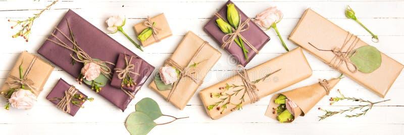 Floresce a composição Flores e presentes no fundo branco Configuração lisa, vista superior fotos de stock