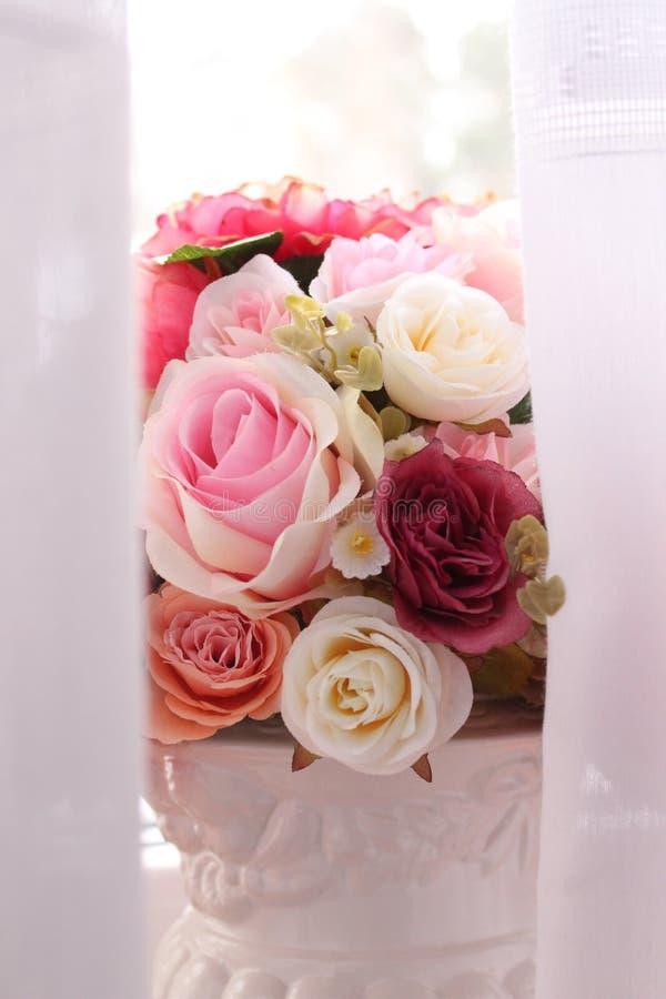 Floresce o casamento da luz das rosas imagem de stock