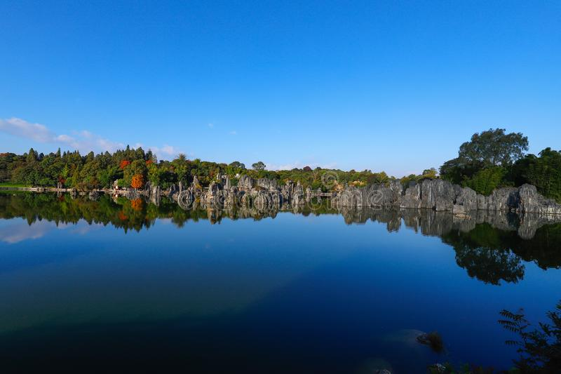 A floresta de pedra em Yunnan Esta ? forma??es de uma pedra calc?ria situadas na ?rea do c?rsico de Shilin, Yunnan, China fotos de stock