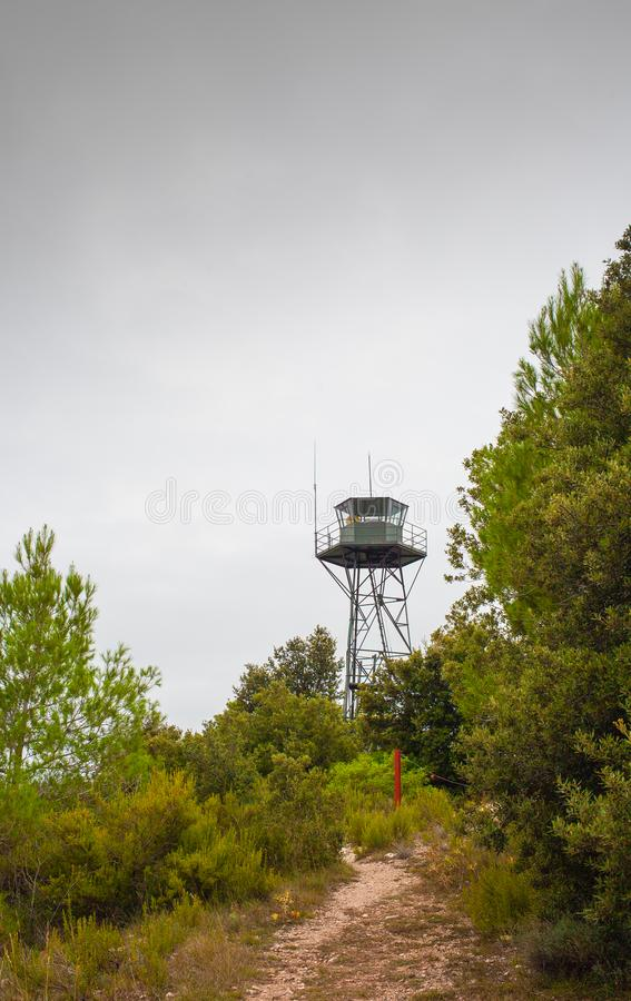Floresta de TB0 0N Europa do Sul da torre da vigia do fogo foto de stock