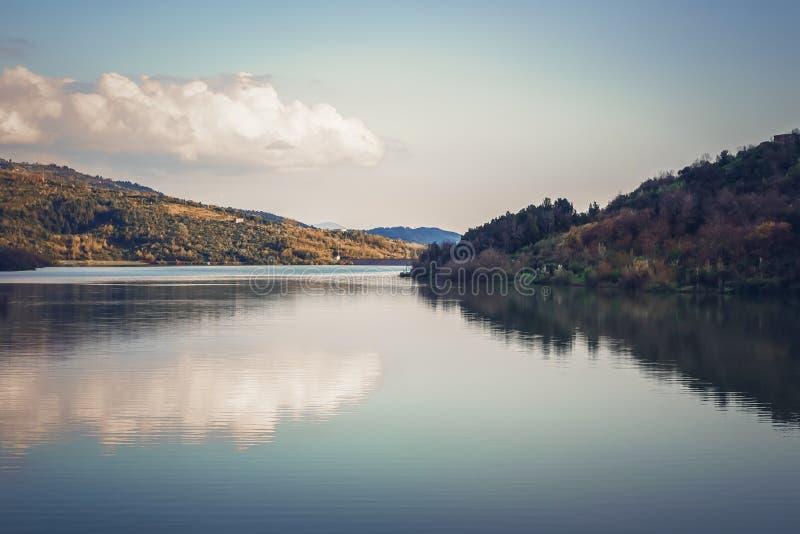 Floresta do outono refletida na ?gua Manh? colorida do outono nas montanhas imagem de stock royalty free