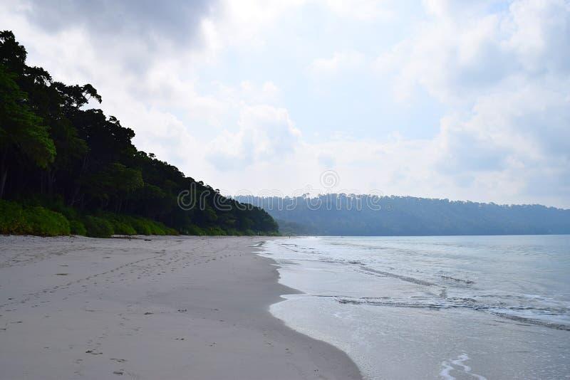 Floresta litoral, areia branca, água do mar & céu nebuloso - praia de Radhanagar, ilha de Havelock, Andaman & ilhas Nicobar, Índi imagem de stock royalty free