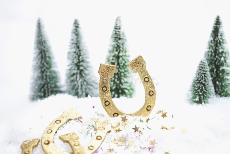 Floresta nevado do inverno com cumprimentos dos anos novos felizes fotografia de stock royalty free