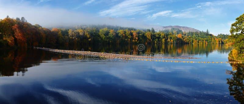 Florestas bonitas em torno de um lago nas montanhas escocesas imagem de stock royalty free