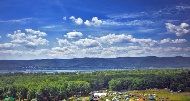Florestas da foto, o rio e as barracas dos viajantes imagens de stock royalty free