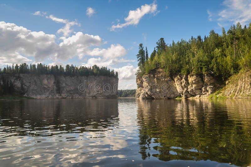 Florestas de Comi do Virgin, penhascos cênicos no rio Shchugor do taiga imagens de stock