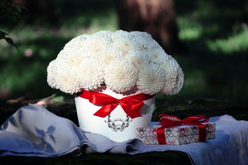 Florezca el arreglo de la boda con el ranúnculo, pión, rosas imágenes de archivo libres de regalías