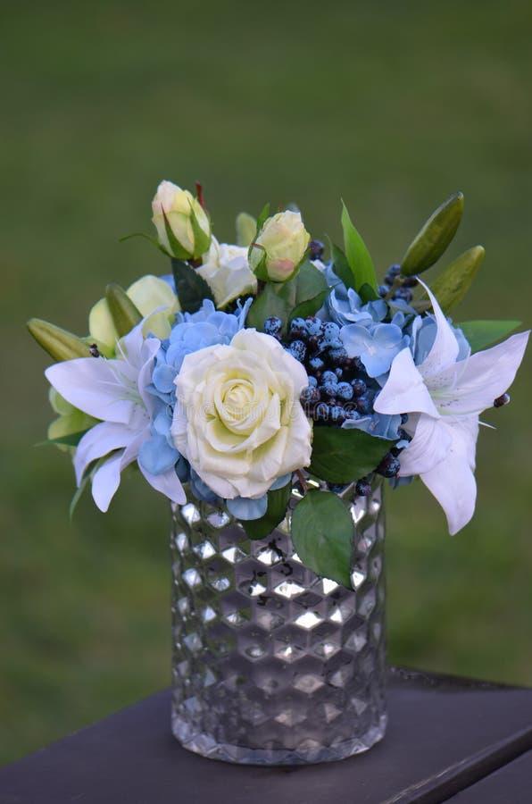 Florezca el arreglo de la decoración - rosas, Lilly y bayas fotos de archivo