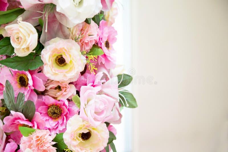 Florezca el color rosado y blanco de la decoración de la boda en fondo del vintage fotos de archivo