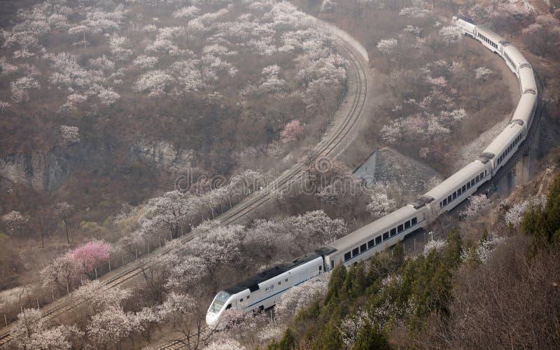 Florezca el mar y entrene S2 a la línea, Pekín, China Alto, juyongguan fotos de archivo