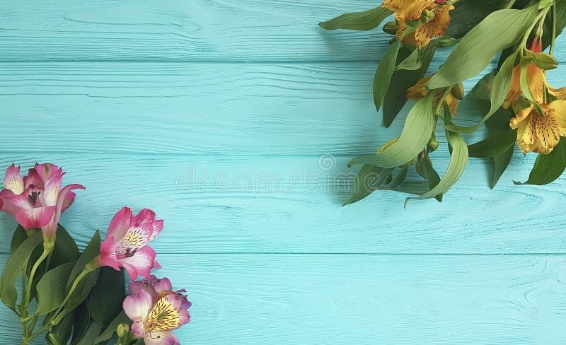 Florezca la belleza decorativa en un fondo de madera, marco del arreglo de la naturaleza del alstroemeria del ramo imagenes de archivo