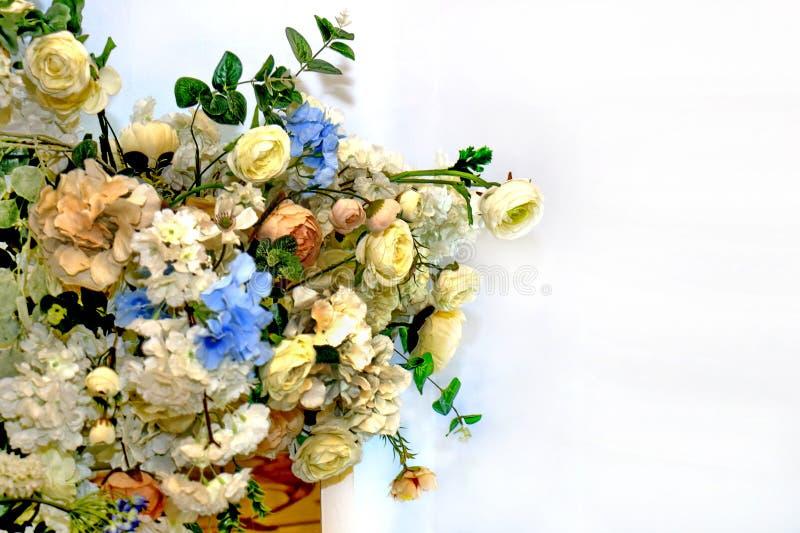 Florezca la decoración para el fondo blanco, flores hermosas a la izquierda imagen de archivo
