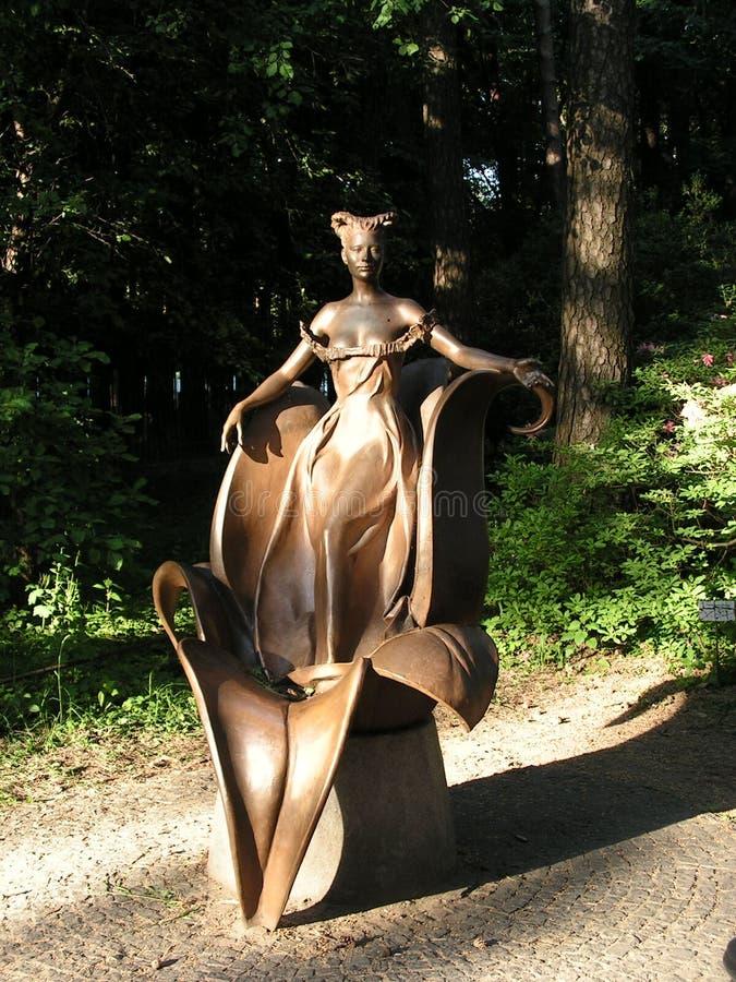 Florezca a la hada escultura ?rea del paisaje en los rayos del sol poniente fotografía de archivo libre de regalías