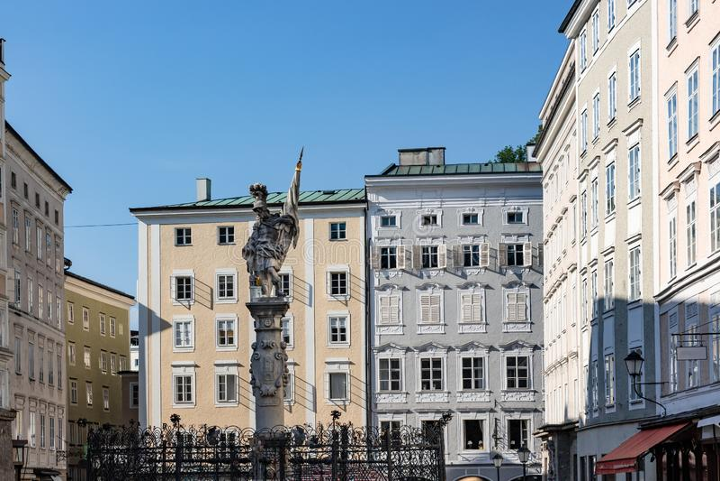 Florianibrunnen在的一个巴洛克式的喷泉在奥尔德敦萨尔茨堡Altstadt修改世纪广场,一个正方形  免版税库存图片