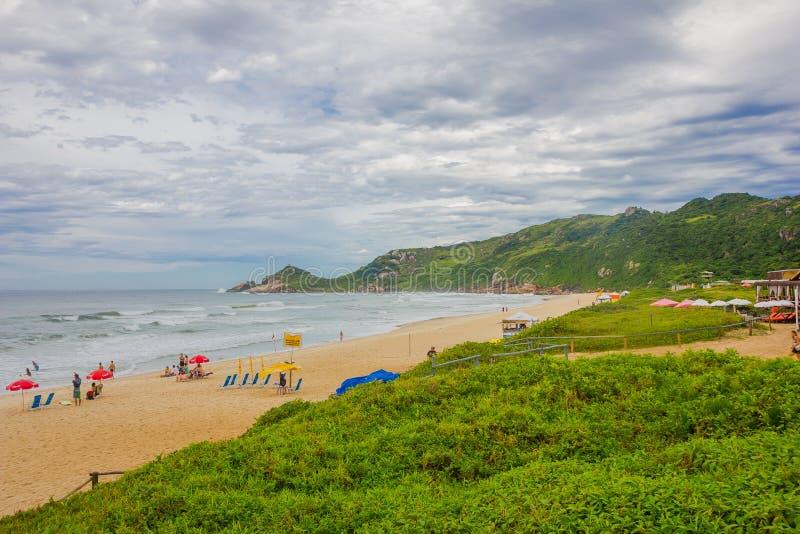 FLORIANOPOLIS, БРАЗИЛИЯ - 8-ОЕ МАЯ 2016: моль одно много пляжей которые город имеет, люди Прая наслаждаясь славным стоковая фотография