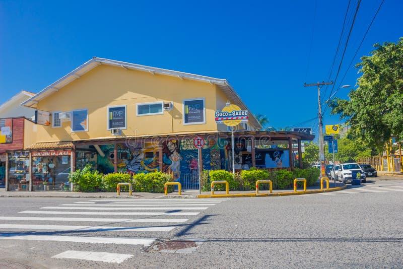 FLORIANOPOLIS, БРАЗИЛИЯ - 8-ОЕ МАЯ 2016: славный взгляд желтого ресторана с некоторыми grafittis на входе обнаруженном местонахож стоковые фото