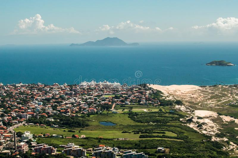 FLORIANOPOLIS, SANTA CATARINA/BRAZILIË - MAART 05, van 2019 Satellietbeeld vanaf de bovenkant van Morro das Aranhas, Praia do San royalty-vrije stock fotografie