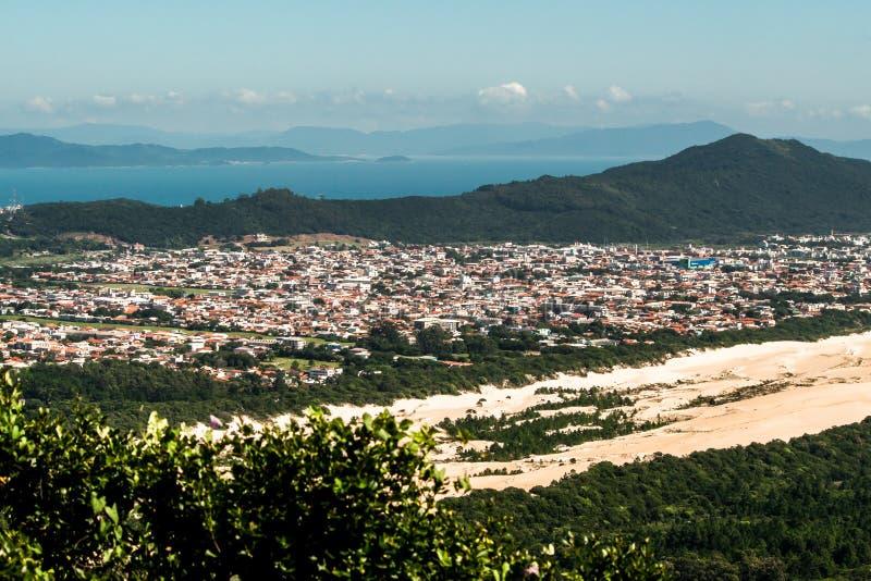 FLORIANOPOLIS, SANTA CATARINA/el BRASIL - 5 DE MARZO DE 2019 la visión aérea desde arriba de Morro das Aranhas, Praia hace Santin foto de archivo
