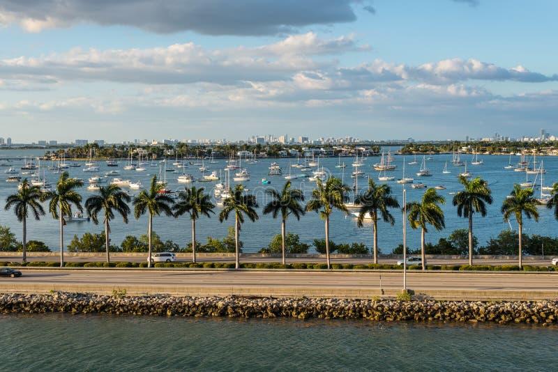 Florida för Biscayne fjärd och Macarthur vägbankscenics, Amerikas förenta stater fotografering för bildbyråer