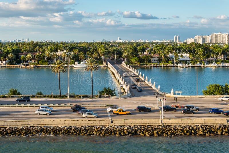 Florida för Biscayne fjärd och Macarthur vägbankscenics, Amerikas förenta stater royaltyfria bilder
