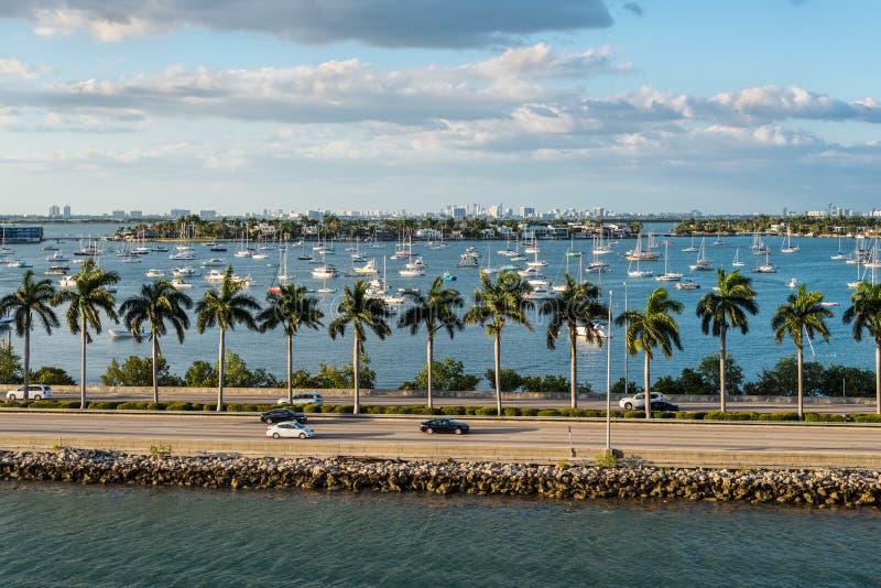 Florida för Biscayne fjärd och Macarthur vägbankscenics, Amerikas förenta stater royaltyfri foto