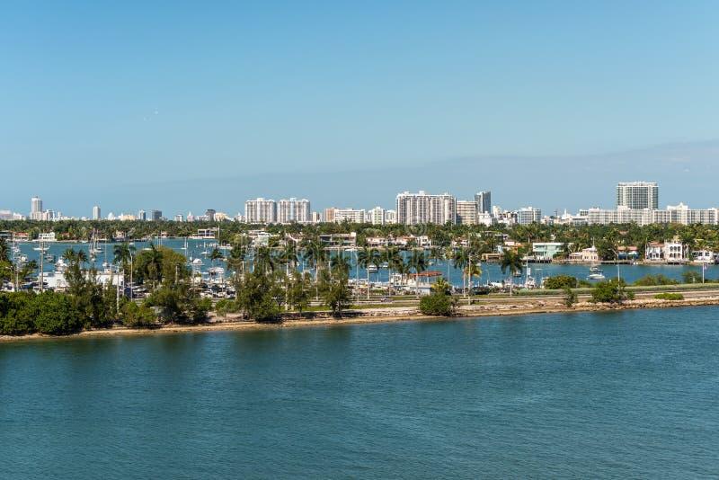 Florida för Biscayne fjärd och Macarthur vägbankscenics, Amerikas förenta stater arkivbilder