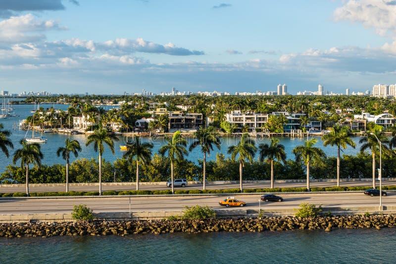 Florida för Biscayne fjärd och Macarthur vägbankscenics, Amerikas förenta stater arkivfoton