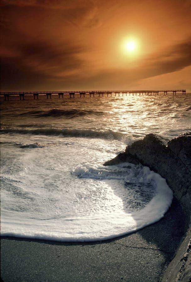 Florida Gulf Coastsolnedgång med den stora vågen och varm himmel royaltyfri bild