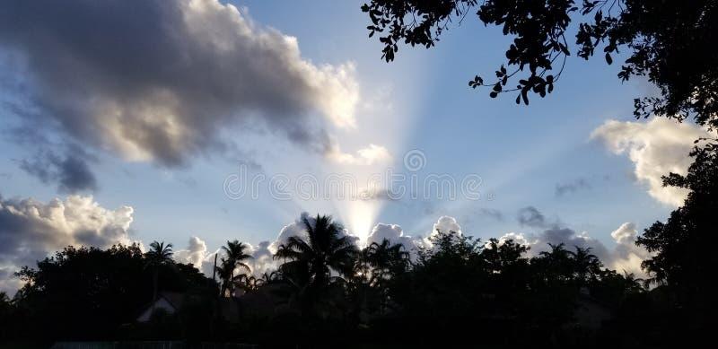 Florida-Himmel mit drastischen Rändern und Strahlen des Sonnenlichts lizenzfreie stockfotos