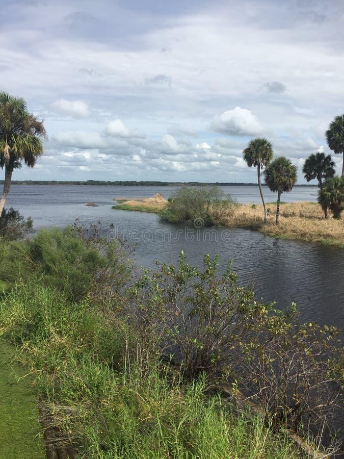 Florida-Inter-Küstenwasserstraße, die vom Park zu Ozean führt stockfotografie