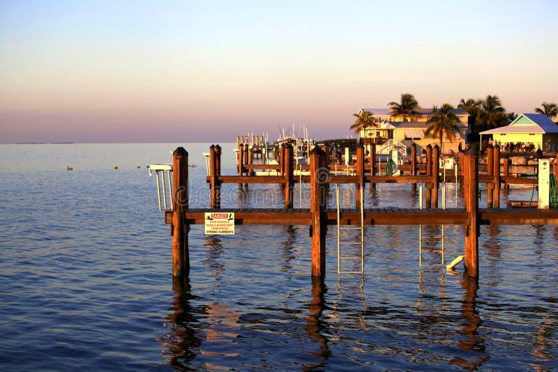 Florida-Ozeansonnenuntergang am Dock stockbild