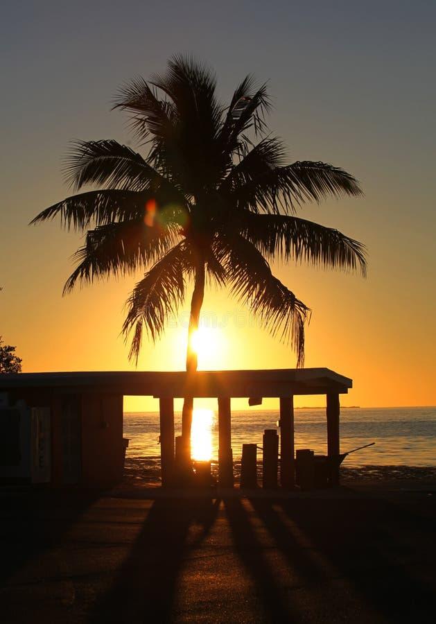 Florida-Ozeansonnenuntergang am Dock lizenzfreie stockfotos