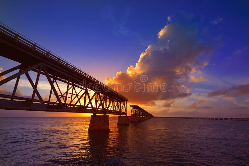 Florida sluit oude brugzonsondergang in Bahia Honda stock foto