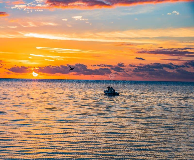 Florida stämmer Islamorada fiskebåtsoluppgång royaltyfri foto