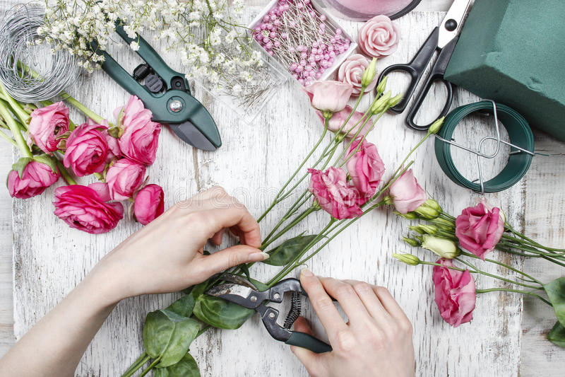 Florist bei der Arbeit stockfotografie