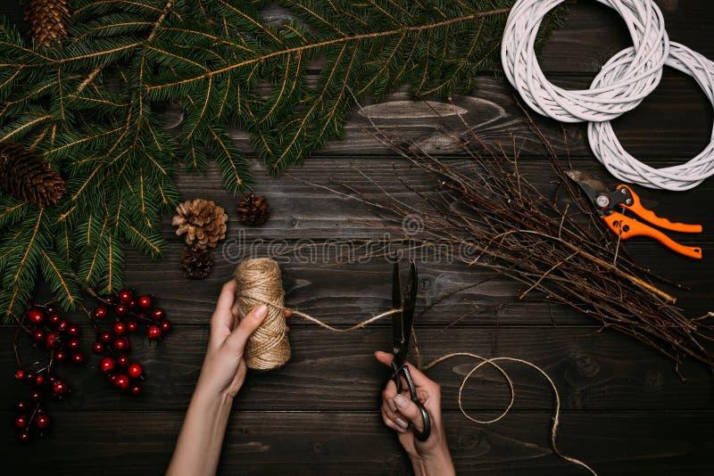Florist, der Weihnachtskränze macht stockbilder