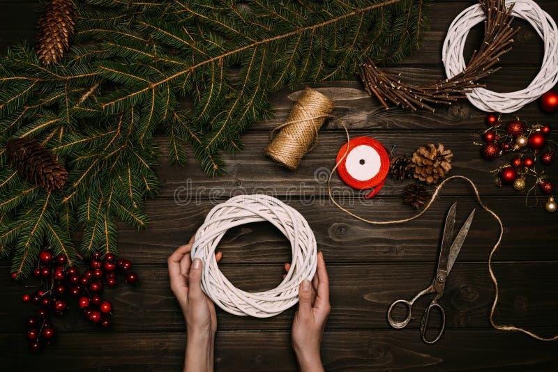 Florist, der Weihnachtskranz macht stockfotos