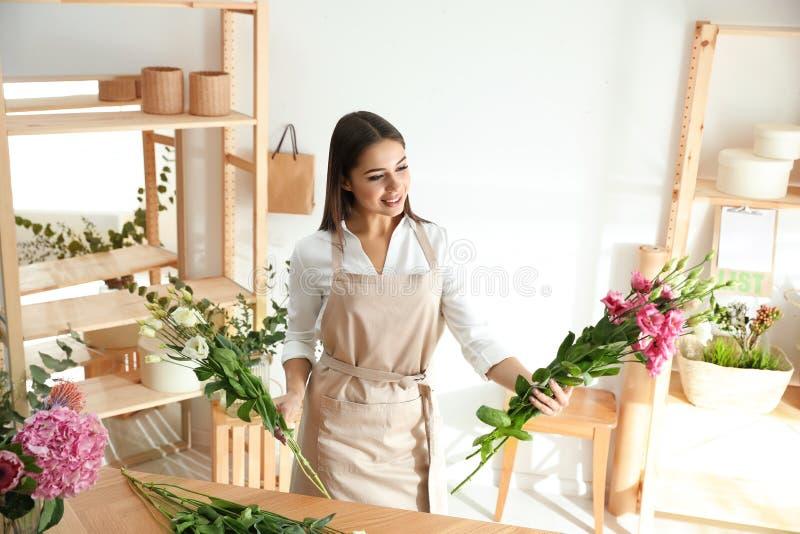 Florist fa un bel bouquet a tavola immagini stock