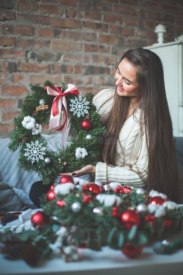 Florist Girl mit Weihnachtsdekorations-Glaskugeln lizenzfreie stockfotos