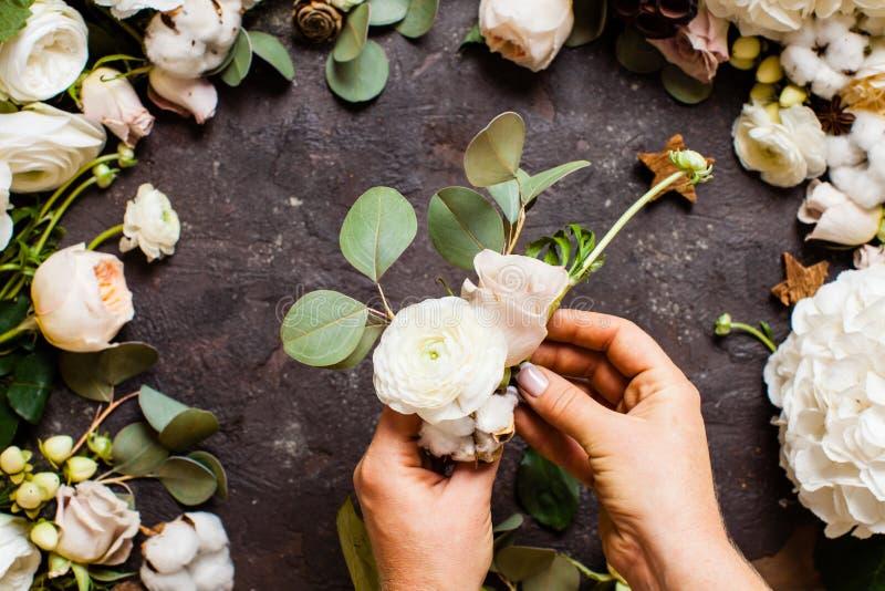 Florist hace un ramo, vista superior con las manos foto de archivo