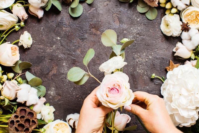 Florist hace un ramo, vista superior sobre la mesa imágenes de archivo libres de regalías