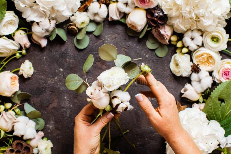 Florist hace un ramo, vista superior sobre la mesa fotografía de archivo