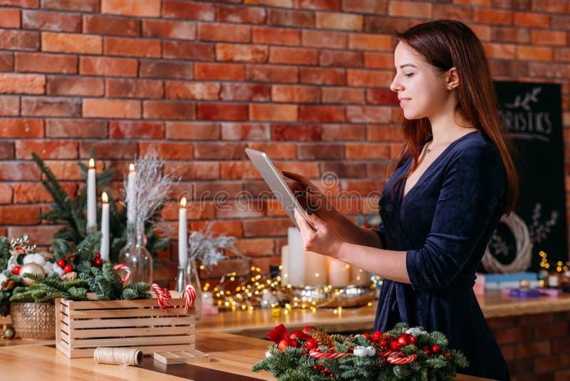 Florist hobby grabar vídeo blog loft espacio de trabajo fotos de archivo