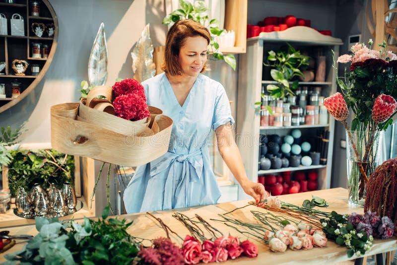 Florist verziert Zusammensetzung mit Birkenrinde lizenzfreies stockfoto