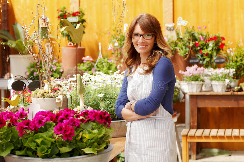 Florista de sorriso da mulher, proprietário de florista da empresa de pequeno porte fotos de stock